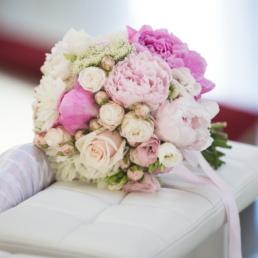 bukiet ślubny na zdjęciu z róż